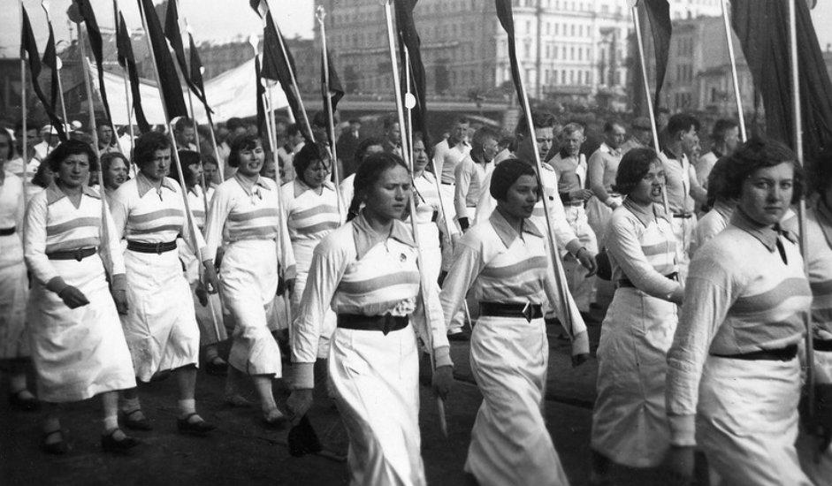 Okupljanje na Crvenom trgu. U sovjetsko doba bilo je mnogo povoda za skupove. Tako je, na primjer, otvaranju moskovskog metroa 1935. prisustvovao velik broj ljudi, koji su ovaj događaj pozdravili gromoglasnim pljeskom.
