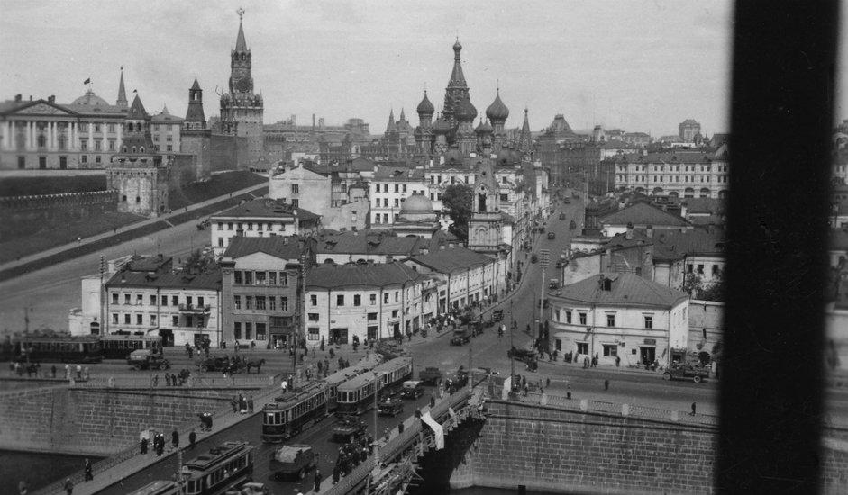 U doba carske Rusije na kulama Moskovskog kremlja nalazili su se dvoglavi orlovi. Kada su na vlast došli boljševici, Lenjin je zahtijevao da se ovi simboli skinu. No tada to iz više razloga nije izvršeno.