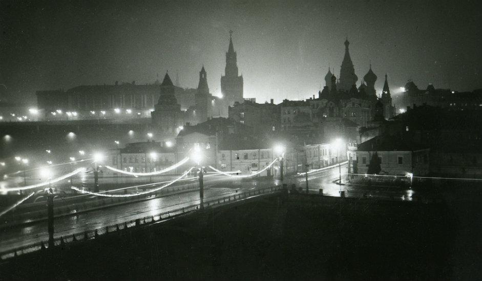 Tek su 1935. vlasti donijele posebnu odredbu na temelju koje je izrađena prva petokraka zvijezda ukrašena zlatom i dragim kamenjem s Urala. Prije nego što je postavljena, bila je izložena u Parku Gorki gdje su je mogli pogledati svi sovjetski građani.