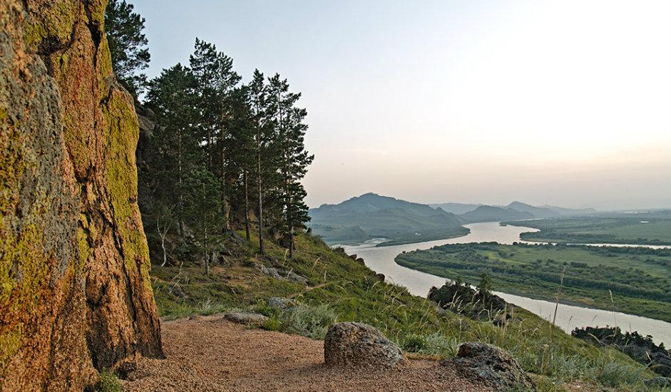 11/11. Облик планине подсећа на уснулог лава. Стене формирају главу лава са гривом која почива на шапама, као и масивна снажна леђа, док пут који се спушта са планине подсећа на реп лава.