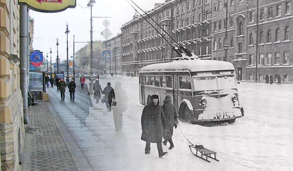 3/16. Пешаци пролазе покрај напуштеног тролејбуса, Невски проспект 174. Због прекида у снабдевању струјом јавни саобраћај није могао да функционише.