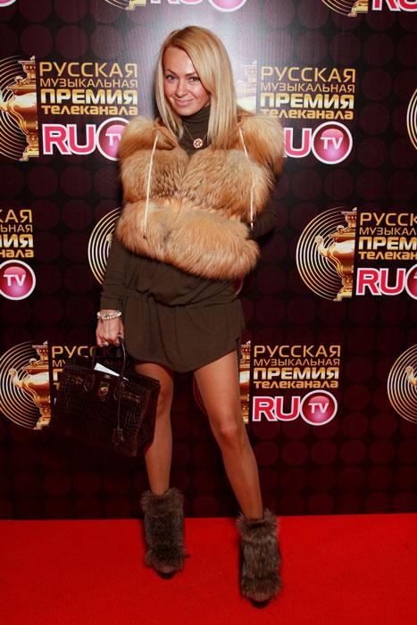 ヤナ・ルドコフスカヤは1975年1月2日にモスクワ市の軍人の家庭で誕生。生後間もなく、父はアルタイ地方バルナウル市に転勤を命じられる。