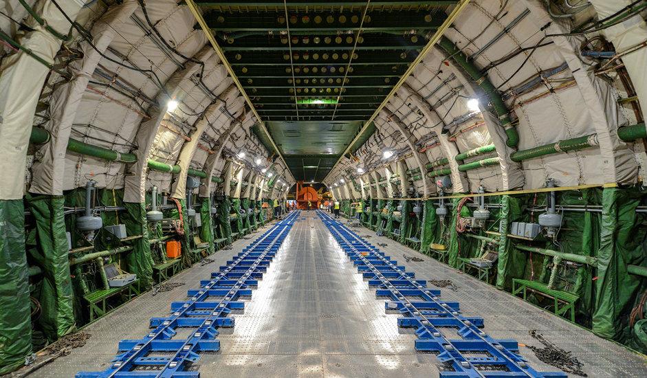 """11/15. Димензије теретне кабине су: дужина 43 m, ширина 6,4 m, висина 4,4 m. Она је херметички затворена, због чега у њој могу да се превозе различите врсте терета. У унутрашњости кабине може да се смести 16 стандардних контејнера, до 80 лаких возила, па и целокупан труп """"боинга 737""""."""