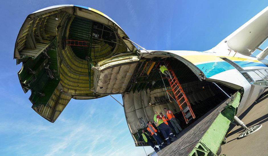 12/15. У товарни простор улази се кроз нос авиона, који се отвара навише. Потребно је 10 минута да се отвори, односно затвори рампа товарног простора.