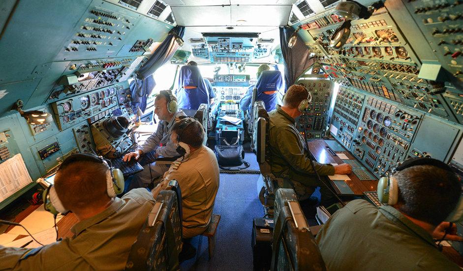 14/15. Посаду авиона чини 6 чланова: пилот (заповедник посаде), копилот, навигатор, виши инжењер лета, инжењер авио-опреме и радио-оператер.