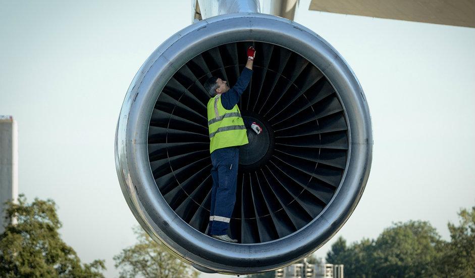 """7/15. Авион АН-225 има турбомлазне моторе Д-18Т које користи и летелица АН-124 """"Руслан"""". Сваки од мотора дуг је 3 m, широк 2,8 m, масе веће од 4 тоне."""