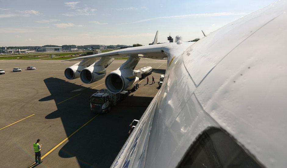 8/15. Маса горива износи 365 тона и оно се смешта у 13 резервоара на крилима. Авион може да борави у ваздуху 18 сати и пређе раздаљину од преко 15.000 km. Време које је потребно да се допуни гориво износи од пола сата до пола дана, зависно од бројности технике за пуњење (од 7 до 70 возила) и њеног капацитета (од 5 до 50 тона).