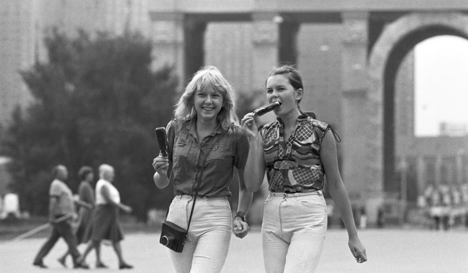 Dekleti med sprehodom na razstavišču VDNH v Moskvi, 1981Vsi materiali so last FGRU »Uredništva Rossijske gazete«.