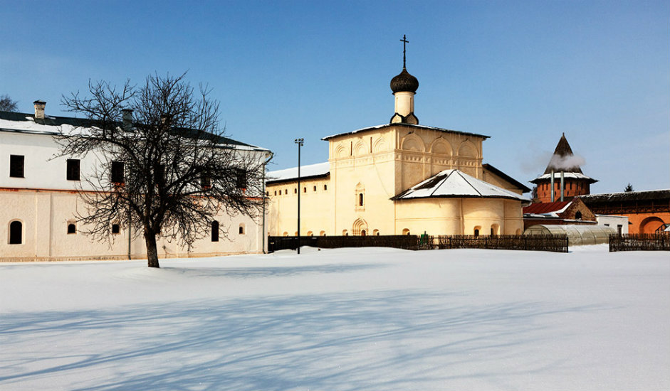 3/11. Суздаљ, једна од најпопуларнијих туристичких дестинација Златног прстена Русије, посетиоцима нуди Суздаљски кремљ, средњовековно оружје, смештај у традиционалним брвнарама, здраву храну и свежу медовину.