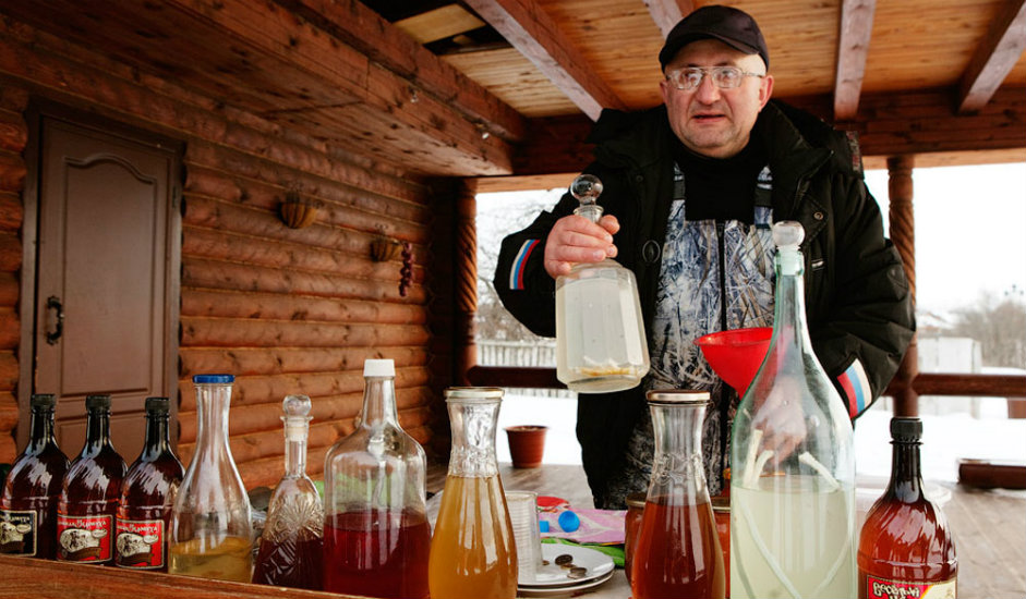 5/11. Током лета, тачније 20. јула, почиње да ради суздаљска пијаца чувена по краставцима. Поред семена овог поврћа, на пијаци можете да купите свеже, али и мариниране и усољене краставце – омиљени руски залогај уз чашицу водке. Можете да пробате џем и супе од краставца (обавезно пробајте окрошку, традиционалну хладну супу), пециво са краставцима и друга јела чији се рецепти не мењају већ 500 година.