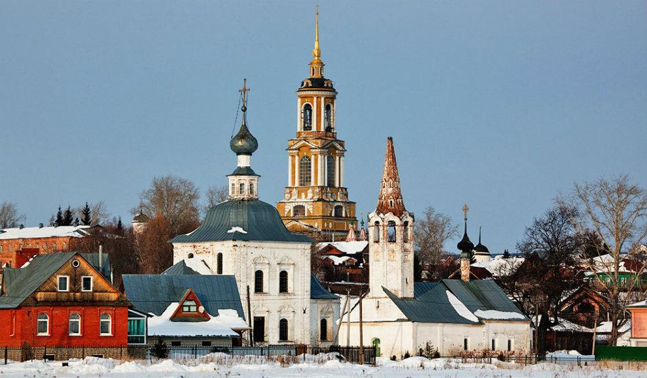 6/11. Суздаљ је 1024. био духовни центар старе Русије, о чему сведоче и до данас сачувани трагови. На површини од свега 9 km2 налази се пет манастира, око 30 цркава и капела, као и 14 звоника. У свету не постоји оволики број културних знаменитости на тако малом простору, осим у старом Јерусалиму. Суздаљско Покровски манастир из 16. века служио је једно време и као место заточеништва за чланове племићких породица који су били принуђени да се замонаше.