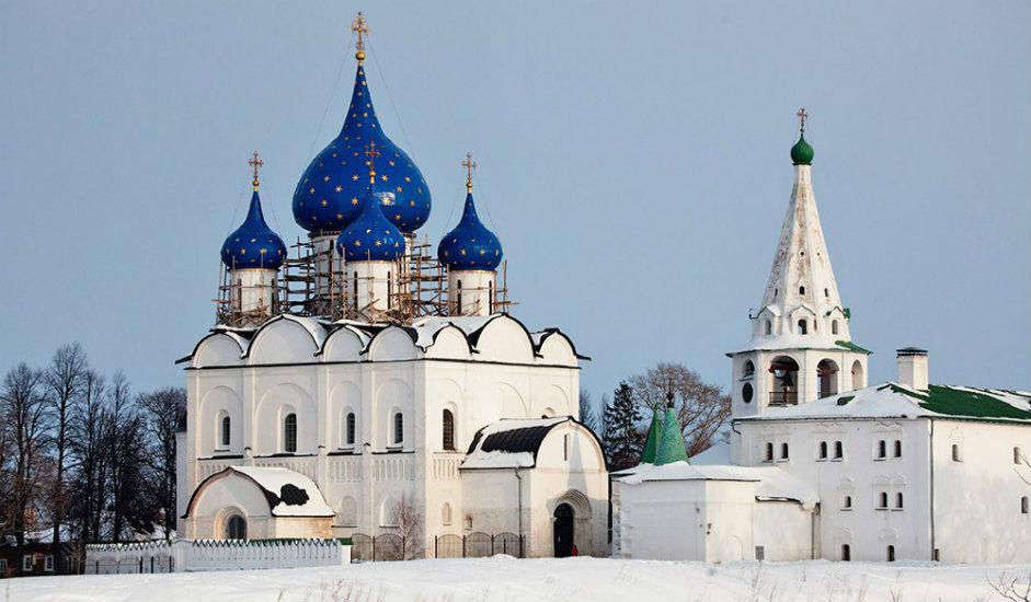9/11. Суздаљски кремљ је најстарији део града и представља његово језгро. Према археолозима, он постоји од 10. века. Почетком 11. века на овом месту подигнута је тврђава заједно са земљаним бедемима дугим готово 1,5 km. Бедеме надвисују дрвени зидови и куле. Унутар зидова тврђаве живели су чланови владарске породице и црквени великодостојници. Осим кремља, и околни ровови и неколико цркава остали су нетакнути до данашњих дана.