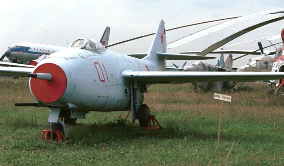 """3/11. МиГ-9 је био први ловац опремљен млазним мотором, развијен у конструкционом бироу ОКБ """"Микојан"""" непосредно после Другог светског рата. Користио је моторе произведене на бази немачког мотора BMW 003."""