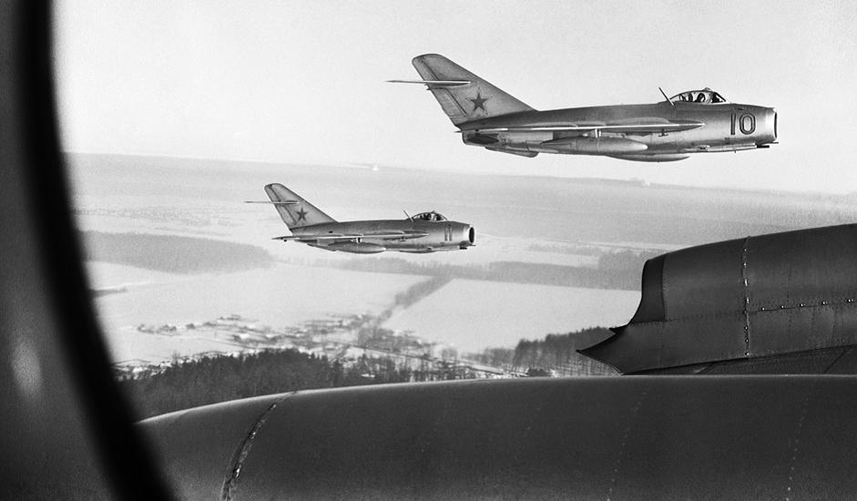 """4/11. МиГ-15 је млазни ловац развијен у ОКБ """"Микојан"""" за потребе Ратног ваздухопловства Совјетског Савеза. Ово је био један од првих млазних авиона са стреластим крилима, што му је у највећем броју случајева била предност у односу на непријатељске ловце чија крила нису била закошена у односу на труп."""