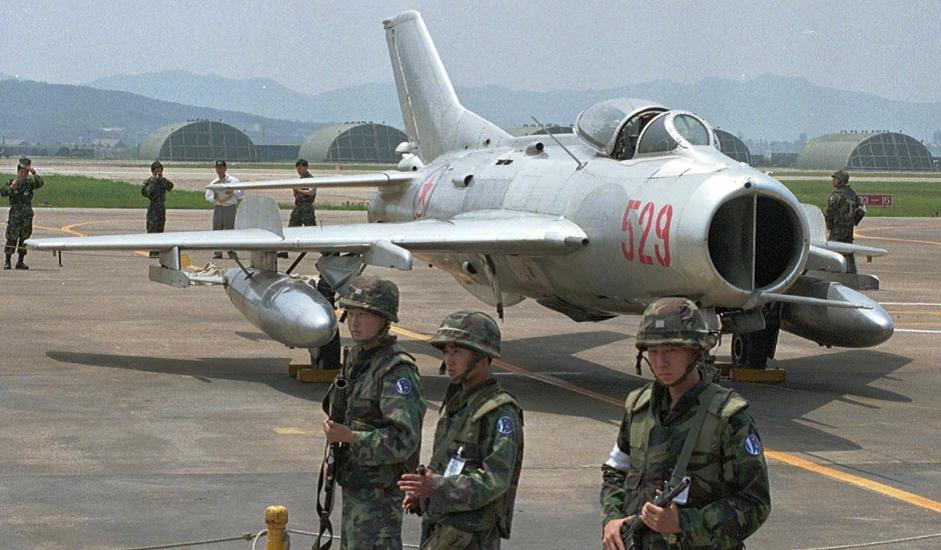 6/11. МиГ-19 је совјетски ловац једносед друге генерације са два млазна мотора. То је био први совјетски серијски суперсонични авион.