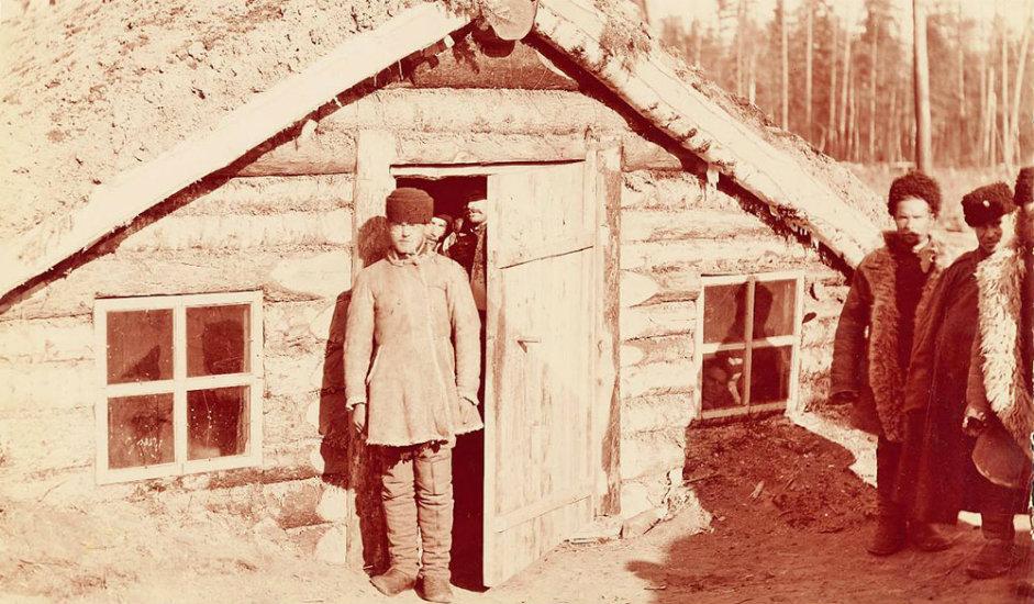 14/16. Земунице за боравак осуђеника. Уместо на робију, државне власти су велики број осуђеника слале да раде на изградњи пруге у Сибиру.