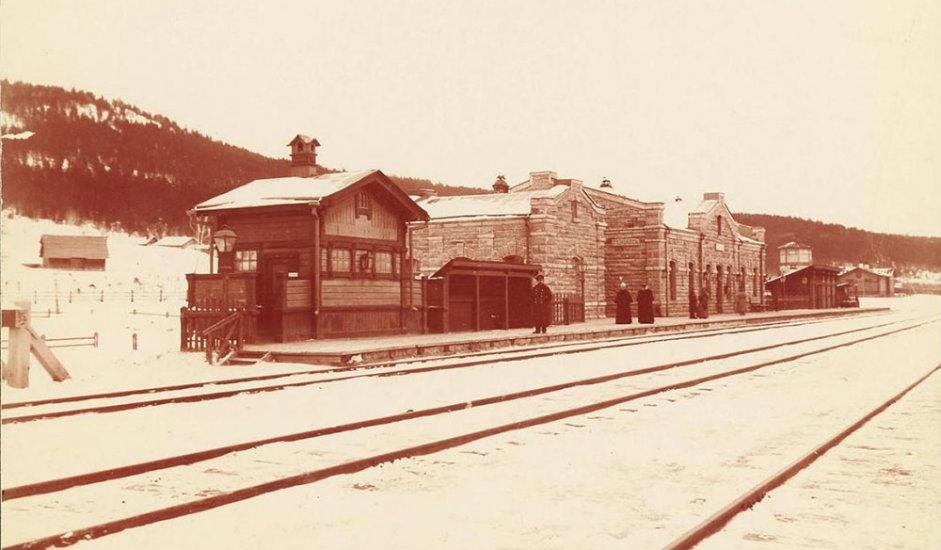 5/16. Станица Миас. Радови су заправо почели пре овог датума, почетком марта 1891, изградњом деонице Миас-Чељабинск на Јужном Уралу.