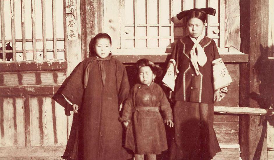 9/16. Жена из Манџурије са децом. Изградња Транссибирске железнице кроз Русију званично је завршена 1916, за време Првог светског рата, када је у рад пуштена Амурска железничка пруга дуга око 2200 km.