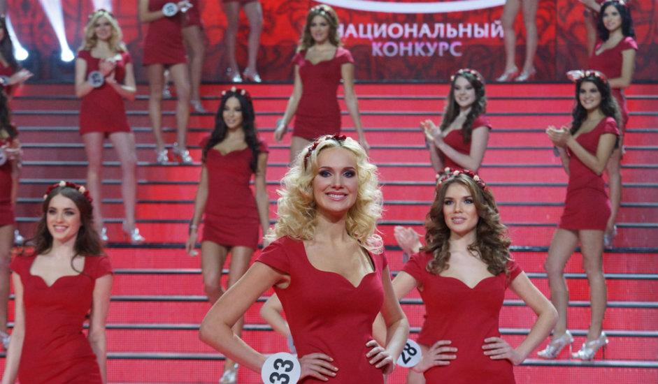 2/11. У финалном делу такмичења учествовало је 50 девојака. У првом кругу изашле су на подијум у црвеним хаљинама и са венцима цвећа..