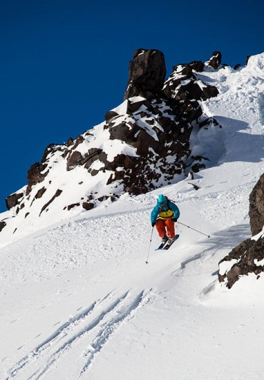 """Ovaj div nalazi se u Parku prirode """"Naličevo"""", gdje se osobita pažnja pridaje zaštiti okoliša. Ljeti je u podnožju vulkana zabranjeno koristiti bilo koju vrstu prijevoznih sredstava. Zimi do ovog čarobnog mjesta možete stići i bez vozila - pod uvjetom da imate skije."""