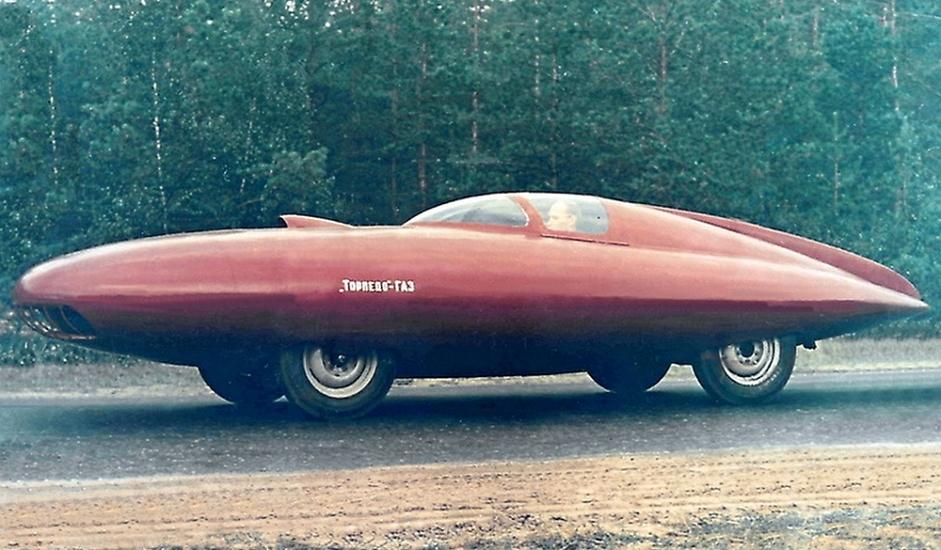 """12/12. """"ГАЗ-Торпедо"""". Ово је био још један концептуални спортски аутомобил у чијем су стварању учествовали совјетски конструктори авиона. У покушају да конструишу ново возило инжењери ваздухопловства израдили су потпуно нову каросерију. Користећи исте материјале који се употребљавају у производњи летелица (дуралуминијум и алуминијум) конструктор А. Смолин је направио каросерију у облику сузе, дужине 6.3 m, ширине 2.07 m, висине 1.2 m и масе 1.100 kg. Нажалост, овај аутомобил није био нарочито брз и зато је остао на нивоу прототипа, али један примерак је сачуван и изложен је у музеју."""