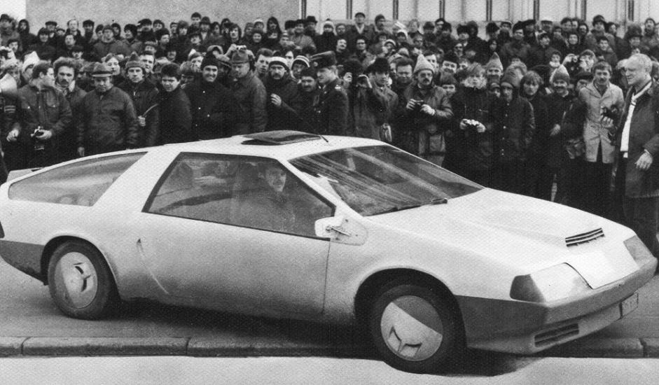 """2/12. """"Лаура"""". Два младића, Дмитриј Парфенов и Генадиј Хаинов, одлучили су јануара 1982. да у малој радионици у предграђу Лењинграда направе сопствени аутомобил. Занимљиво је да – за разлику од већине возила израђених у кућној радиности – у овај ауто није уграђен готово ниједан фабрички део. Двојица ентузијаста чак су и мотор самостално конструисали и ручно га направили. Некадашњи генерални секретар КПСС Михаил Горбачов веома је хвалио овај аутомобил. Возило је било представљено на бројним међународним изложбама, без обзира што никада није ушло у масовну производњу."""