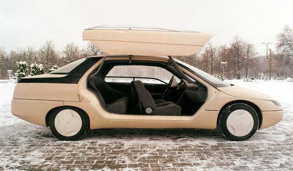 """5/12. """"Истра"""". Овај аутомобил једно је од најзанимљивијих достигнућа некад чувеног АЗЛК-а. Развијен је у периоду између 1985. и 1988. у оквиру пројекта """"Истра"""". Имао је аутоматски мењач, штедљив дизел-мотор и уређај за климатизацију као део стандардне опреме. Међутим, овај пројекат никада није одмакао даље од фазе израде документације. Данас се прототип овог возила налази у напуштеном погону АЗЛК-а."""