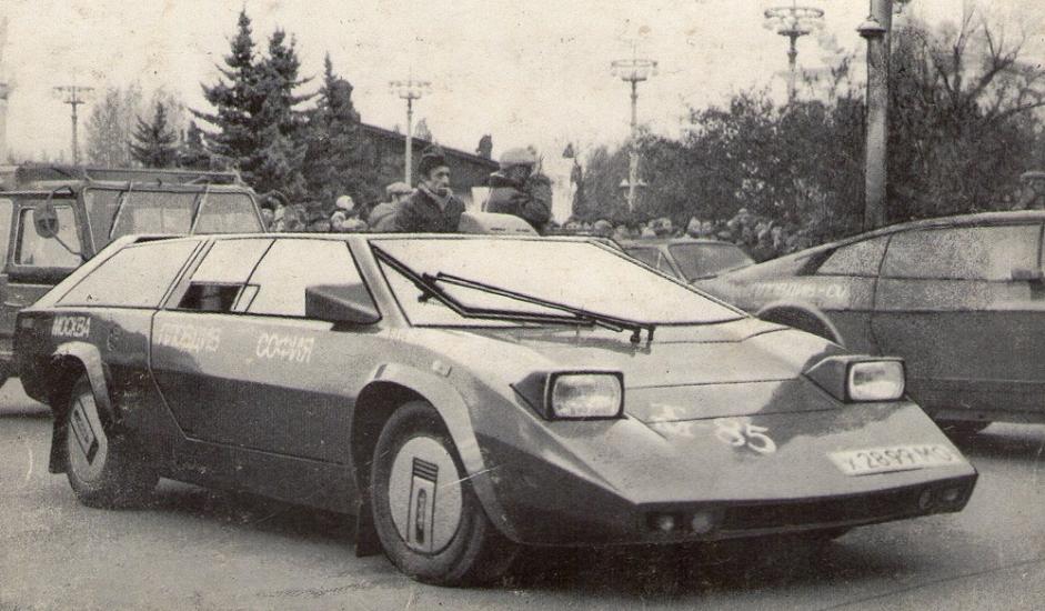 """8/12. """"Панголина"""". Још једно возило настало по принципу """"уради сам"""". Његов творац је инжењер Александар Кулигин који је такође конструисао и теренско возило са шест точкова, као и концептуални аутомобил – оба за војне потребе. """"Панголина"""" је произведена 1980. и постигла је велики успех. Заједно са својим конструктором учествовала је на бројним тркама, а била је изложена и на међународној изложби """"ЕКСПО 85"""" у бугарском Пловдиву. Појавила се у неколико совјетских музичких спотова. Данас је део музејске поставке."""