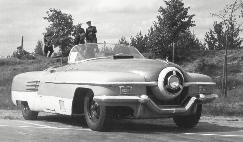 """9/12. ЗИС-112. Дизајн овог аутомобила је несумњиво авангардан. Израђен у најбољој традицији """"аутомобила из снова"""", ово је био велики – готово шест метара дугачак – тросед са хладњаком округлог облика и само једним предњим светлом, а маса му је износила две и по тоне. Аутомобил је направљен 1951. и такмичио се у неколико трка, али је 1955. расходован и завршио је на ауто-отпаду."""