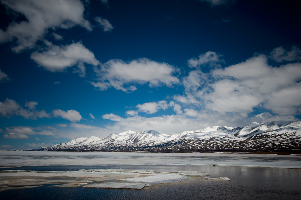 Danau Dzhulukul yang terletak tepat di tengah Taman Nasional Altai, berada di ketinggian sekitar dua ribu kaki di atas permukaan laut. Lembah kecil yang menjadi lokasi danau ini disebut sebagai Kawah Dzhulukul.