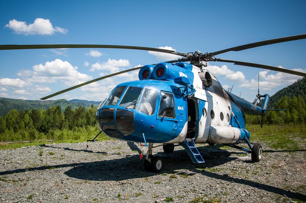 Perjalanan menuju danau ini tidak mudah. Jalan utama terletak beberapa puluh kilometer dari perbatasan taman nasional dan Anda tak bisa memasuki wilayah ini dengan mobil. Namun, ada cara yang jauh lebih mudah—yang tentu lebih mahal—untuk mencapai danau tersebut yakni dengan helikopter.