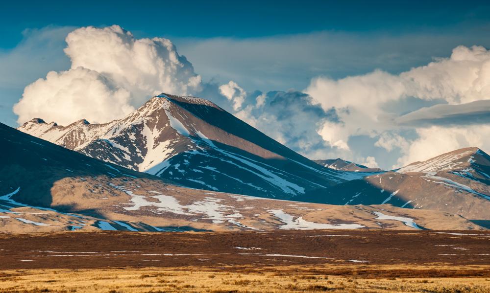 Danau ini terletak tepat di dataran tinggi Chulishmansk. Dataran tinggi tersebut juga menarik karena berfungsi sebagai sebuah dek observasi raksasa. Anda dapat menikmati panorama pegunungan Altai yang luar biasa indah dari sini.
