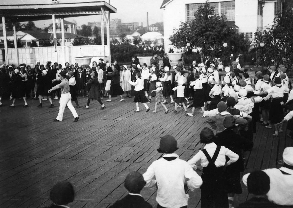 Der Gorki-Park wurde 1928 eröffnet. Er befindet sich an der Straße Krymski Wal, auf der der Metrostation Park Kultury gegenüberliegenden Uferseite. Der Park wurde nach Plänen von Konstantin Melnikow, einem weltweit bekannten avantgardistischen und konstruktivistischen Architekten, angelegt.