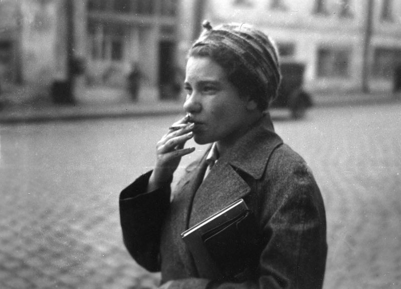 Eine logische Konsequenz des Konstrukts des Eisernen Vorhangs ist das am 9. Juni 1935 von Josef Stalin erlassene Gesetz. Das Überschreiten der Grenze galt von nun an als Verbrechen, das mit dem Tode bestraft wurde. Das Gesetz legte darüber hinaus fest, dass auch die Verwandten des Rechtsbrechers als Kriminelle zu betrachten waren.