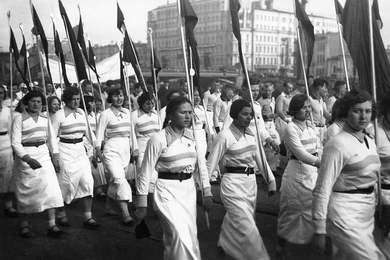 Ein Aufmarsch auf dem Roten Platz. Zu sowjetischen Zeiten fanden zu vielen Anlässen Versammlungen und Demonstrationen statt. Zumeist verherrlichten sie die Regierung und die kommunistische Partei. Auch die Eröffnung der Moskauer Metro wurde mit einer Massenveranstaltung und tosendem Applaus begrüßt