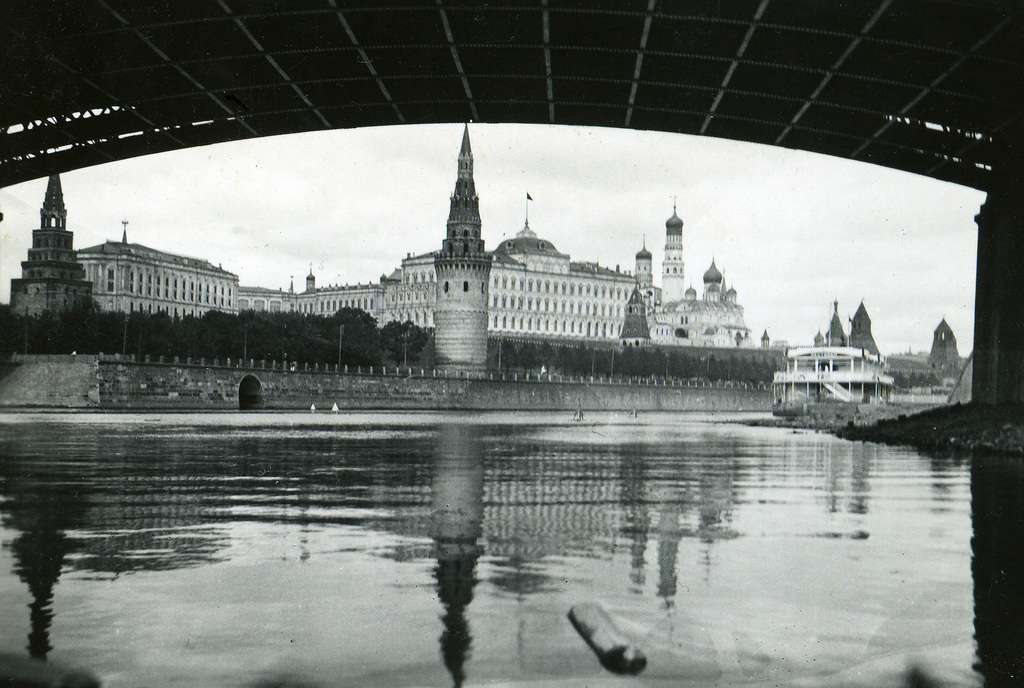 Am 25. November wurde der erste rubinrote Kremlstern auf dem Erlöserturm angebracht.