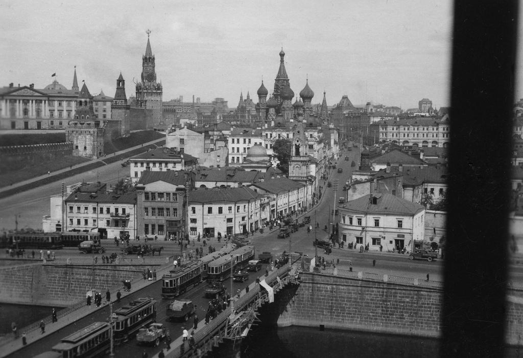 Lorsque la Russie était encore un empire, les tours du Kremlin étaient coiffées chacune d'un aigle bicéphale. Quand les bolcheviques sont arrivés au pouvoir, Vladimir Lénine a insisté pour que les aigles soient retirés. Mais cela ne s'est pas fait à ce moment-là, pour une raison ou une autre.