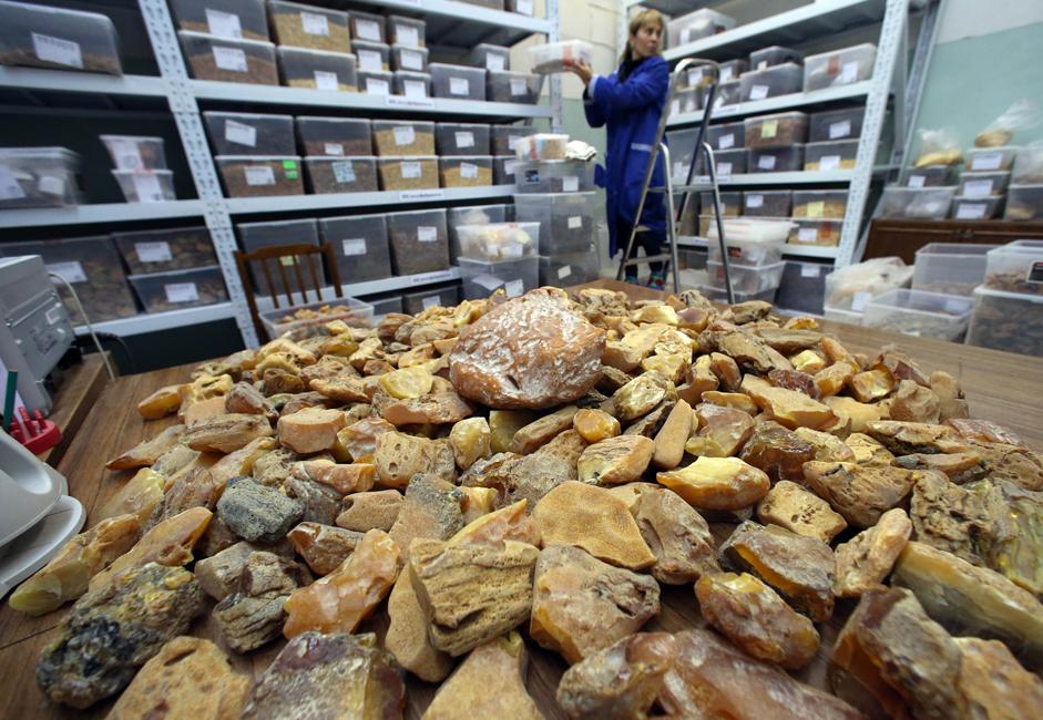 Kegiatan pertambangan ini berlangsung di pantai Laut Baltik dekat Desa Yantarny ('ambar' dalam bahasa Rusia). Para ahli memperkirakan 90 persen cadangan suksinat ambar di dunia terkonsentrasi di tempat ini. Mineral tersebut berusia sekitar 50 juta tahun.