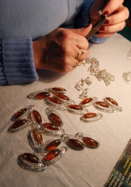 """Ambar terutama digunakan untuk membuat perhiasan dan obat-obatan. Substansi ini juga memiliki sebutan lebih puitis seperti """"air mata dari laut"""" dan """"hadiah dari matahari""""."""