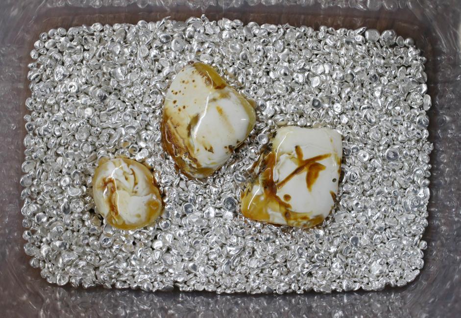 Pada zaman dulu, sepotong perhiasan kecil yang terbuat dari ambar biasanya lebih mahal daripada seorang budak muda karena membawa ambar ke Roma sepanjang Jalan Ambar penuh dengan kesulitan dan bahaya.