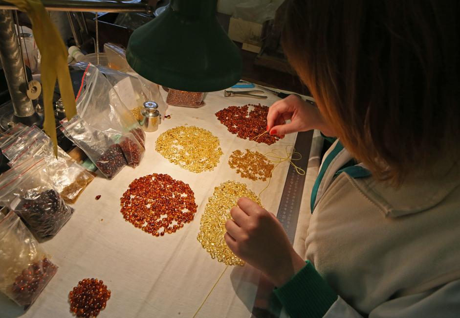 """Para ahli telah menemukan sekitar 250 jenis ambar, mulai dari """"ambar laut"""" hingga """"ambar darat"""", dan yang terakhir ditemukan di Pantai Ambar."""