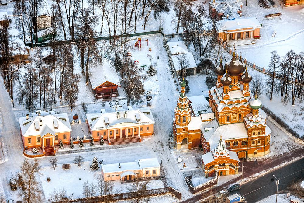 Menara Ostankino sangat menonjol di Moskow—sebuah kota yang tak memiliki gedung pencakar langit.