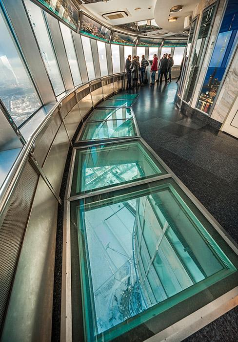 Sebanyak sepuluh juta orang telah mengunjungi menara ini selama 47 tahun terakhir. Menara Ostankino menampilkan lantai kaca yang unik pada dek observasinya.