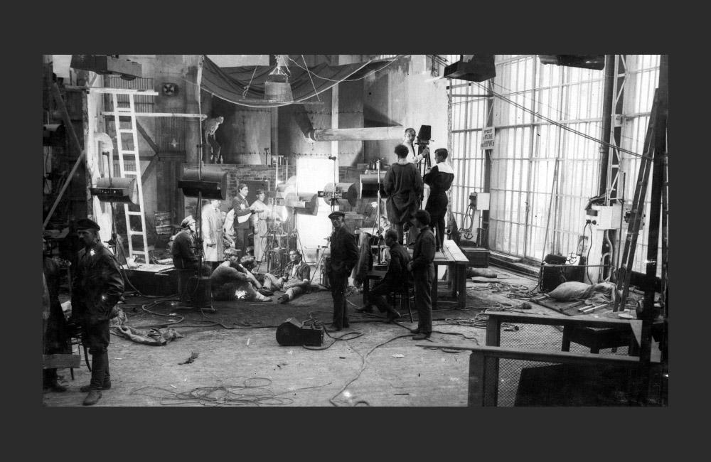 ヨーロッパ最大の映画スタジオであるモスフィルムは1924年1月24日に創立された。今年は90周年を迎える。モスフィルムは、モスクワ南西部にある映画村だ。モスクワのジトナヤ通りにあった映画スタジオには、社会主義下の監督達の野心的な作品を作る為のスペースが不足し、 ポトリハ村に撮影所が設けられた。