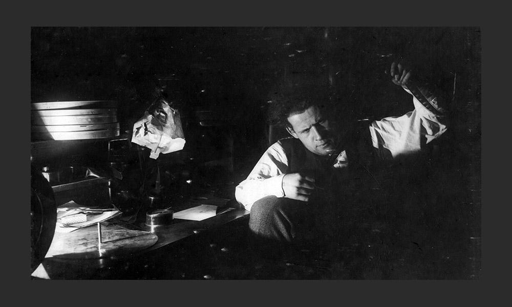 ここで、セルゲイ・エイゼンシュテイン(写真:編集室にて)、フセヴォロド・プドフキン、アレクサンドル・ドフジェンコ、ミハイ ル・カラトゾフやアンドレイ・タルコフスキーの代表作が撮影された。このスタジオにはロシアとソ連映画の歴史がある。