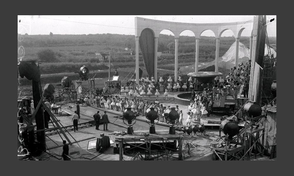 ソ連初のミュージカル、グリゴリー・アレクサンドロフの「陽気な連中」(1934年)もここで撮影された(写真:撮影風景)。この作品は、トーキー(訳注:映像と音声が同期した映画)の技術を学ぶ為に、エイゼンシュテインらがヨーロッパとアメリカに行った結果、出来たものであり、 ハリウッドの影響を強く受けている。「音楽隊の喧嘩」のエピソードはその後映画製作の教科書に載った。