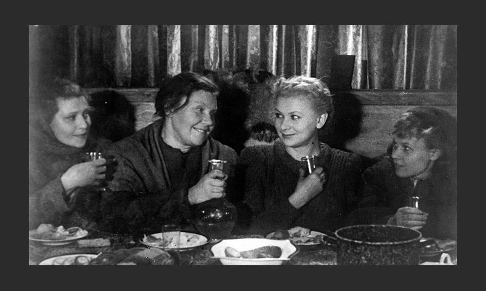 戦時中のソ連映画は国民の愛国心を煽り、政治的に重要なツールとなった。ドイツ軍がモスクワに近づくと、全ての映画製作所はアルマアタに疎開し、撮影は続いた。写真に映っているのはアレクサンドル・ストルペル監督、コンスタンチン・シモノフ脚本の「私を待て」(1943年)に出 演するヴァレンティン・セロフとエレーナ・チャプキナ。