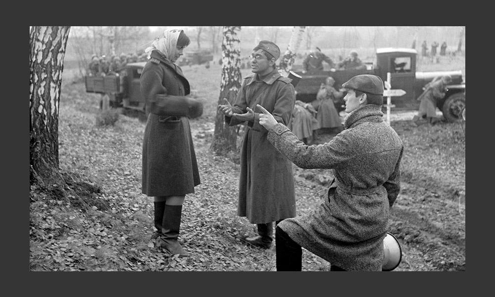1960年代は、新たな希望の時期であり、ソ連映画にとってだけではなく、国全体にとって分岐点だった。工科大学の学生 達は反抗的な詩人に耳を傾け、映画界では新しい名前が数多く登場し、モスフィルムは毎年10以上の一流映画を制作した。アンドレイ・タルコフスキーの最初の作品もこの時期に登場した。(写真:「僕の村は戦場だった」)