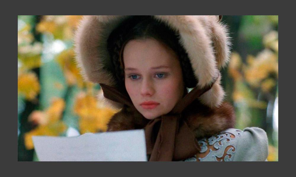 ソ連が崩壊すると、ソ連映画業界が崩壊しただけではなく、配給システムも崩れ、国産映画はアメリカの映画と競争する事になった。 それまで行列ができる程の人気があったロシア人俳優の作品はあまり上演されなくなった。プーシキンの「百姓令嬢」を元にした「貴族の令嬢は農家の娘」 (1995年)に出演するエレーナ・コリコヴァ。