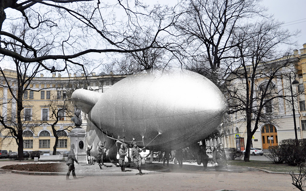 Soldiers with a barrage balloon on Lomonosov Square on the banks of the Fontanka River